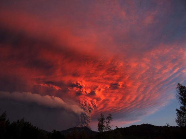 Gigantyczna chmura pyłu nad wulkanem Puyehue-Cordon Caulle w Chile