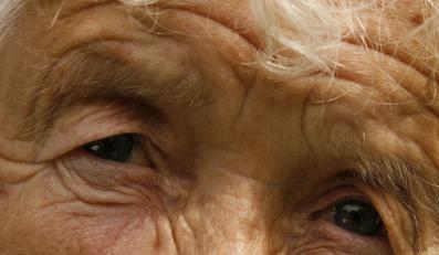 Zaćma to jedna z najczęstszych chorób oczu, która dotyka osób starszych