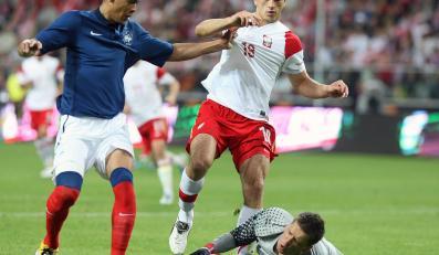 Francuz Guillaume Hoarau (C) w ataku na bramkę Polaka Wojciecha Szczęsnego (P) podczas towarzyskiego meczu piłkarskiego w Warszawie, 9 bm. Z prawej Tomasz Jodłowiec.