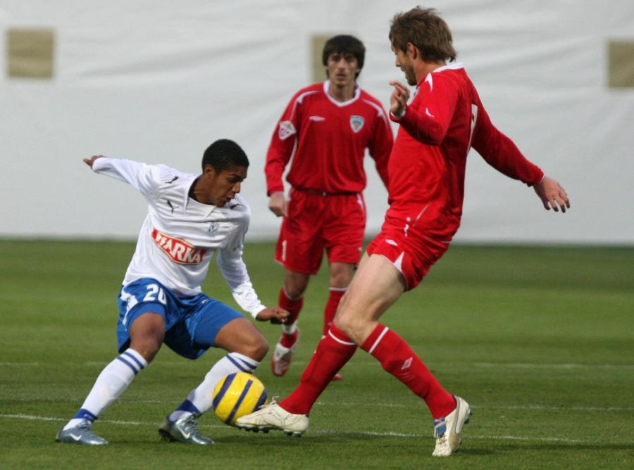 Piłkarze z Groznego (czerwone koszulki) mogą mieć nowego trenera