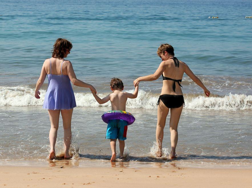Coraz więcej gejów i lesbijek adoptuje dzieci