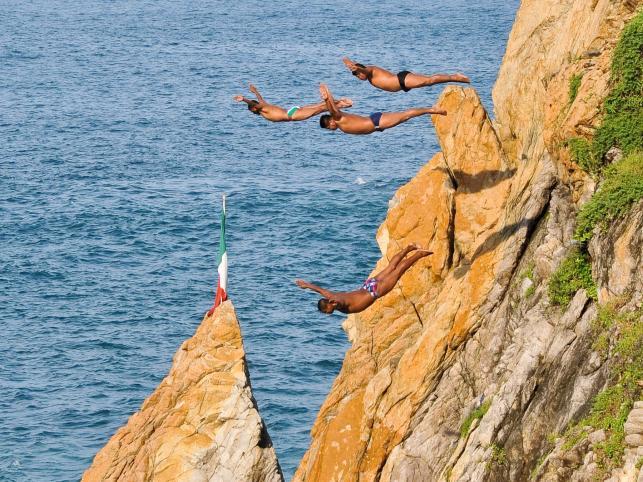 Obecnie najlepszym zawodnikiem na świecie w dyscyplinie ekstremalnych skoków do wody jest Kolumbijczyk Orlando Duque.