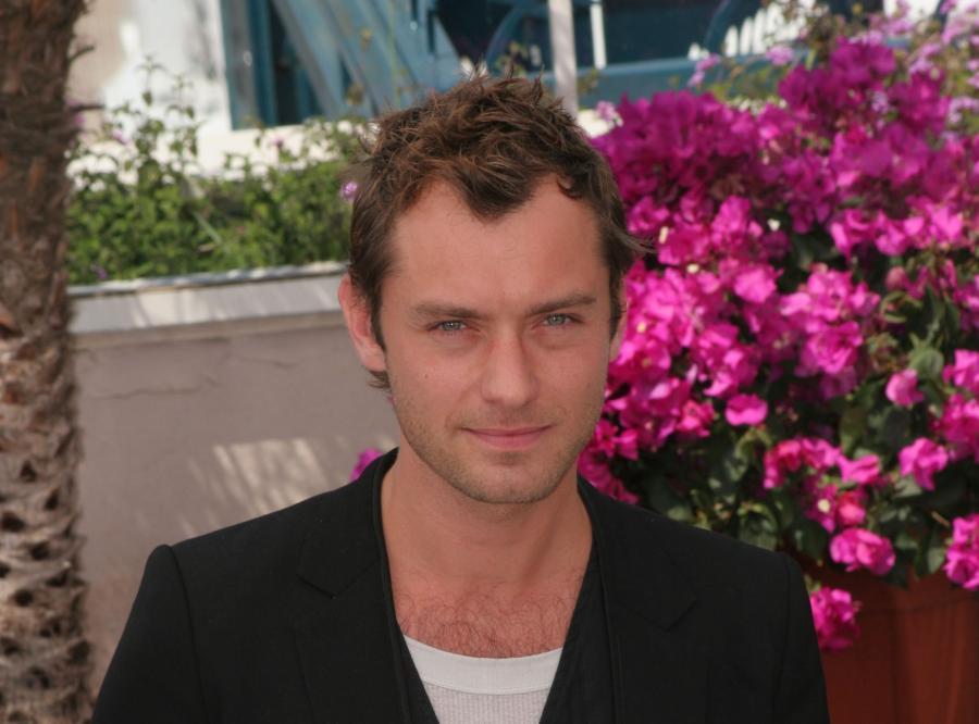 """Jude Law – ten aktor to wyjątkowy """"koneser"""" niań. Z opiekunkami do dzieci zdradził (co najmniej) dwie swoje partnerki."""