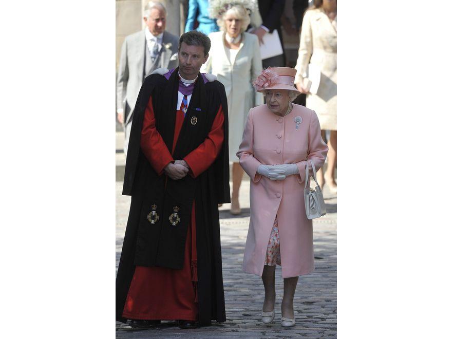 Królowa Elżbieta II na ślubie swojej najstarszej wnuczki. Jak zwykle zaprezentowała do granic poprawną kreację