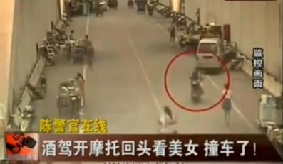 Wideo: Zapatrzył się na dziewczynę i wjechał w auto