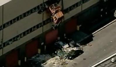 Śmieciarką przebił mur. Zagadkowy wypadek okiem kamery