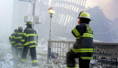 Strażacy docierają na miejsce katastrofy po zawaleniu się pierwszej wieży World Trade Center w Nowym Jorku