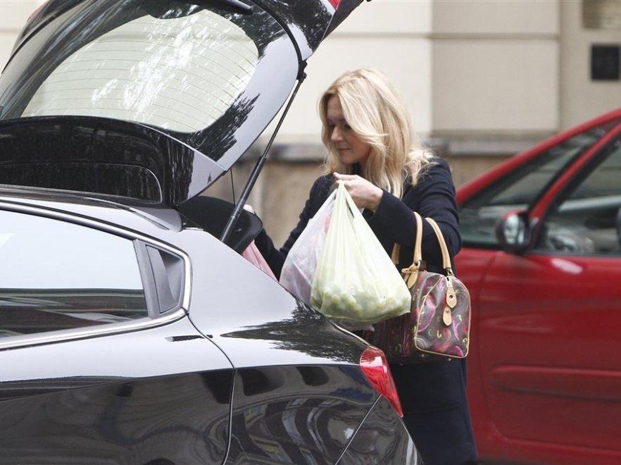 Grażyna Torbicka pakuje zakupy.