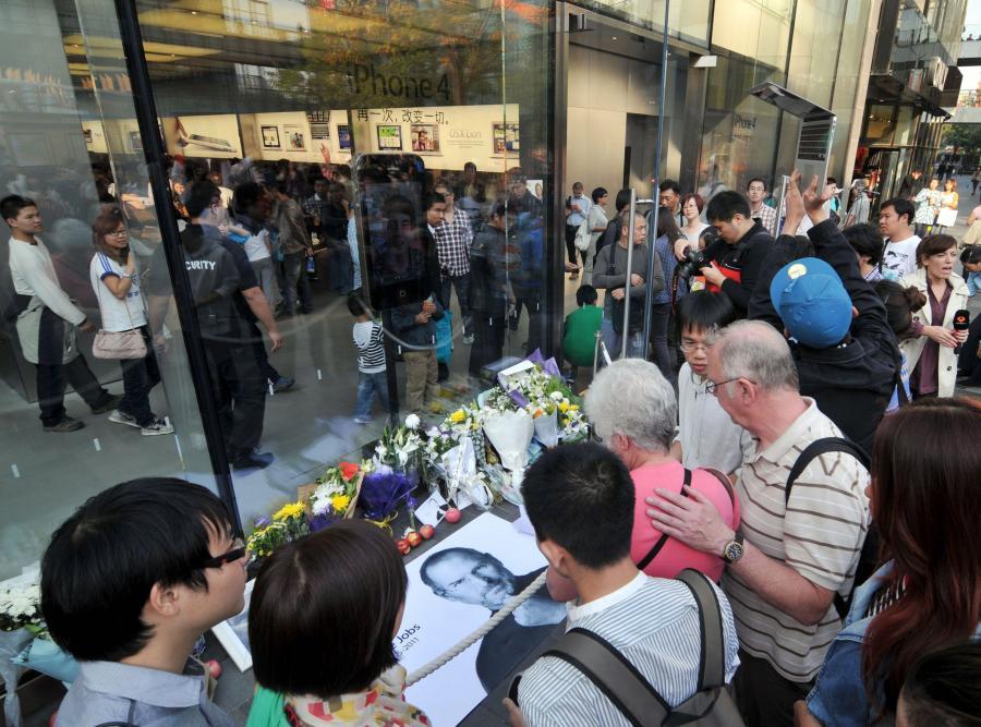 Tłumy ludzi oddają hołd Jobsowi pod sklepem Apple'a w Pekinie