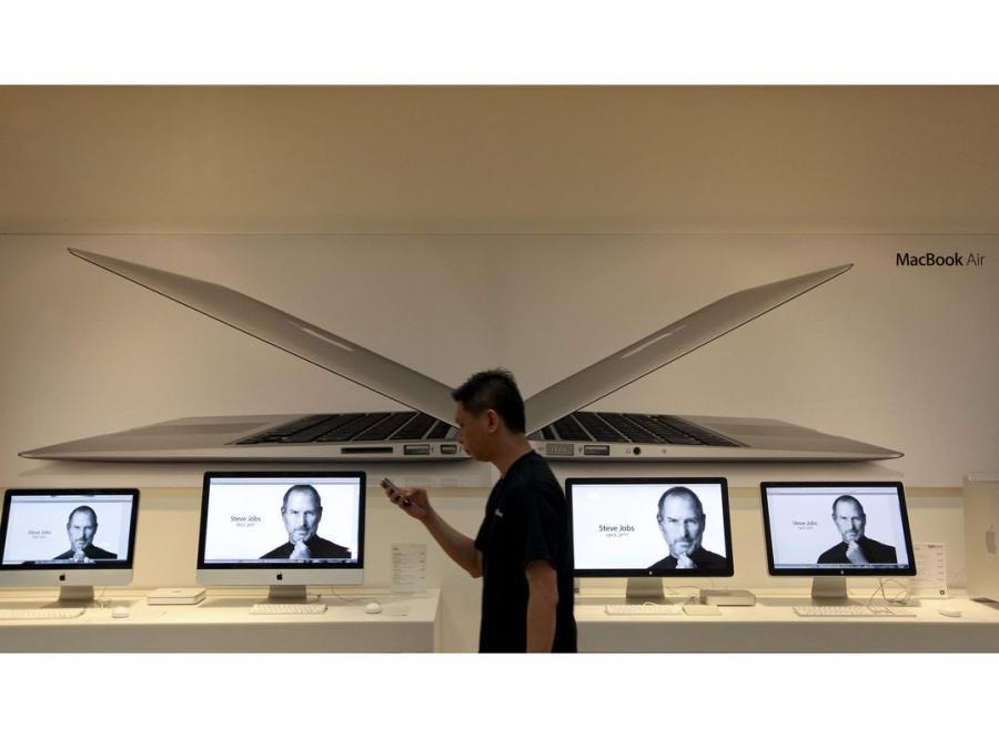 Mężczyzna przechodzi obok sklepu Apple'a w Singapurze