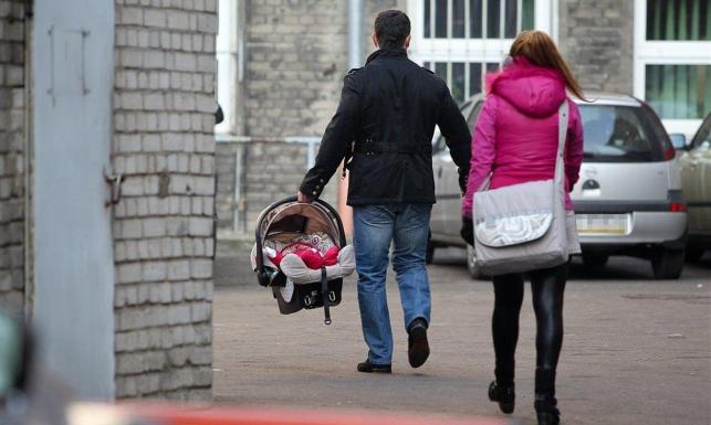 Katarzyna Skrzynecka z mężem i dzieckiem
