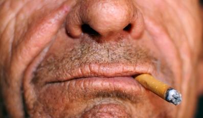 Palacz szybciej traci zęby