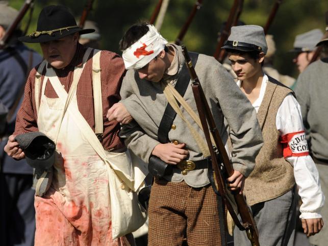 Felczer prowadzi rannego żołnierze Konfederacji. Uwagę zwraca nawet odpowiednio ucharakteryzowany fartuch polowego lekarza