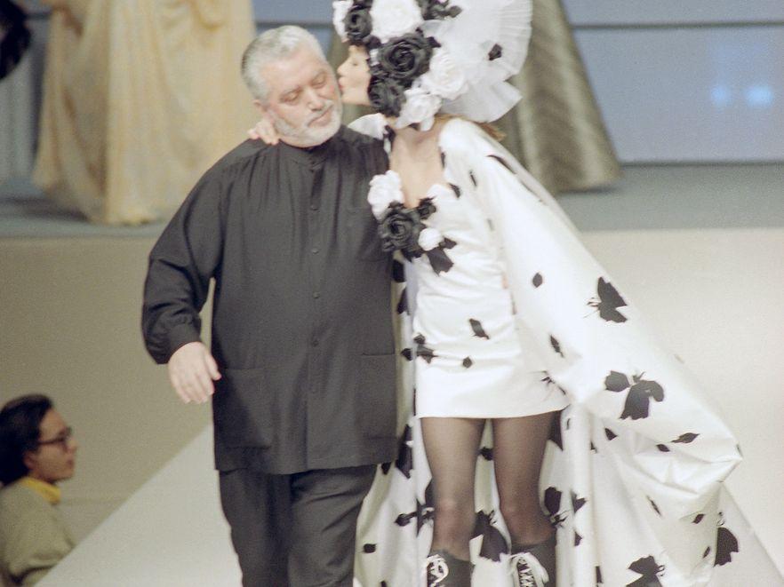 Paco Rabanne z modelką na wybiegu
