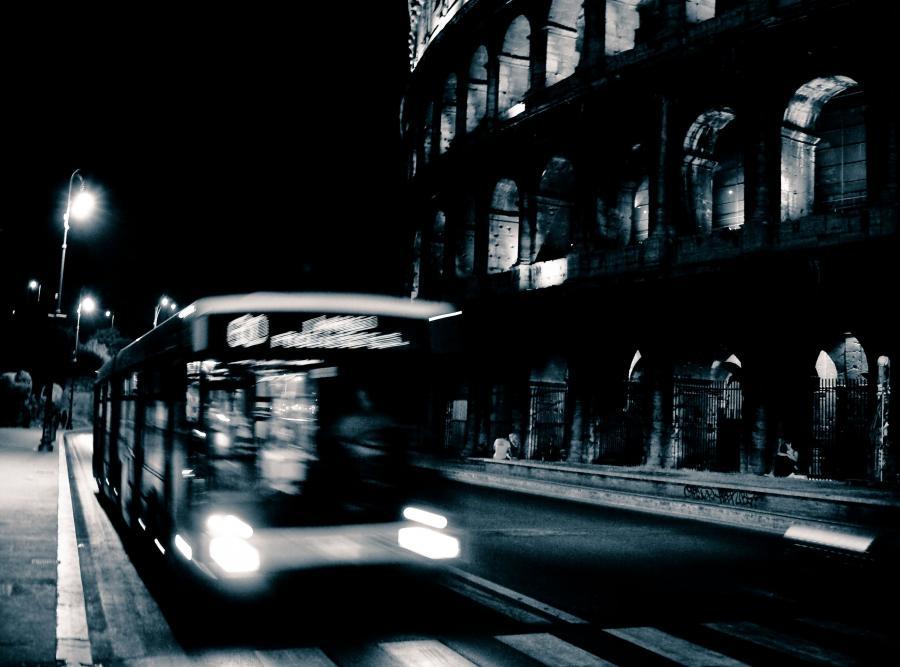 Autobus obok rzymskiego Koloseum
