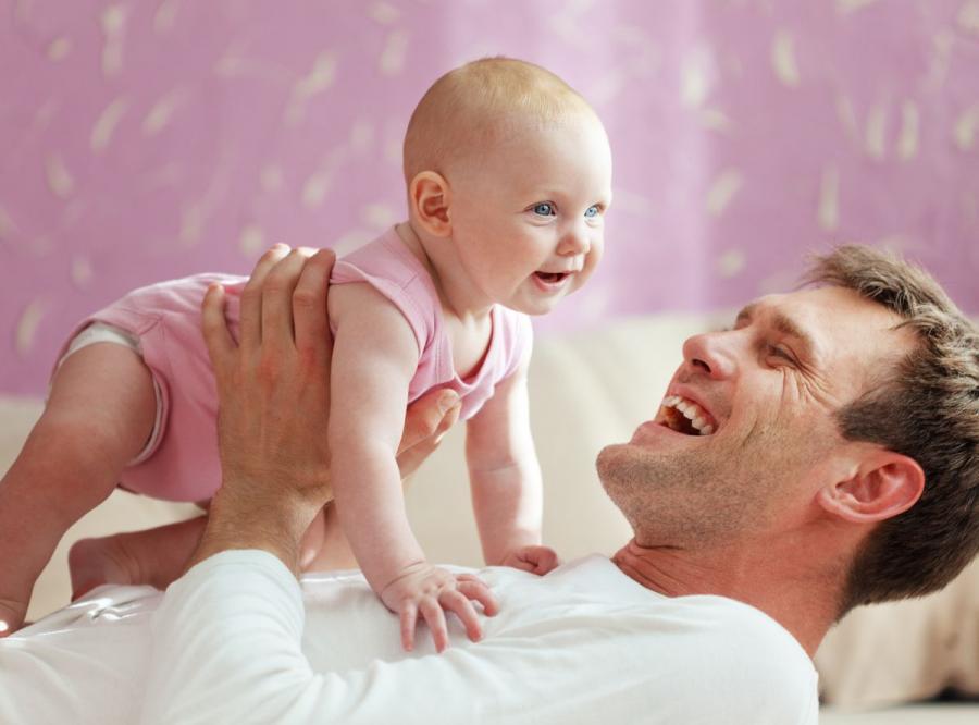 Mężczyzna - ojciec z dzieckiem
