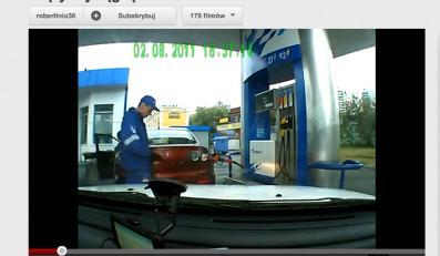 Pracownik stacji benzynowej z refleksem