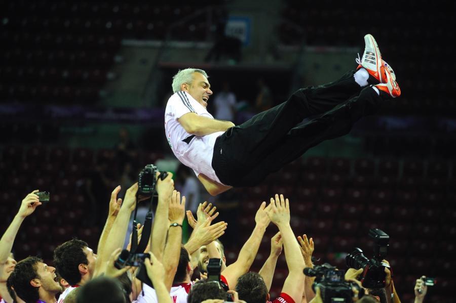 Trener Andrea Anastasi podrzucany przez Polaków po wygranym finale Ligi Światowej