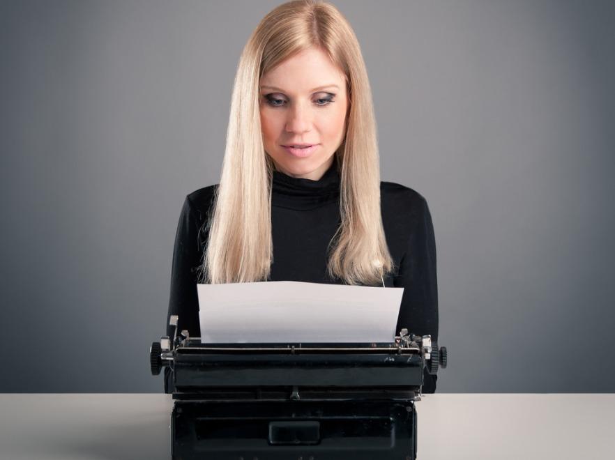 Kobieta pisząca na maszynie