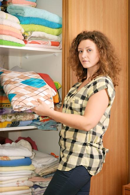 Kobieta robiąca porządki w szafie