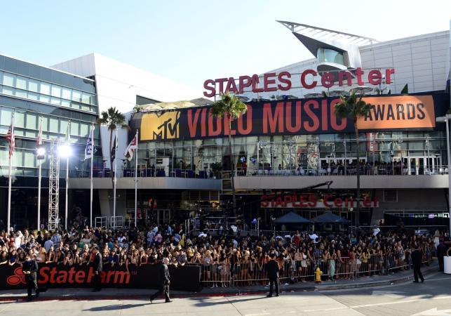 Tłumy przed Staples Center w Los Angeles