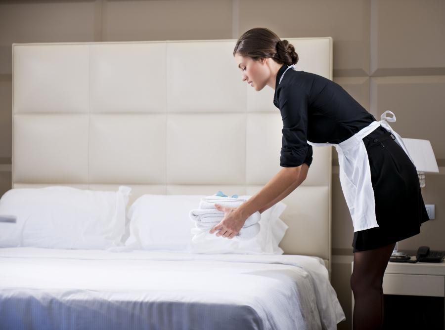 Pokojówka sprząta hotelowy pokój
