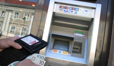 Dwójka nastolatków okradała osoby wypłacające pieniądze z bankomatów
