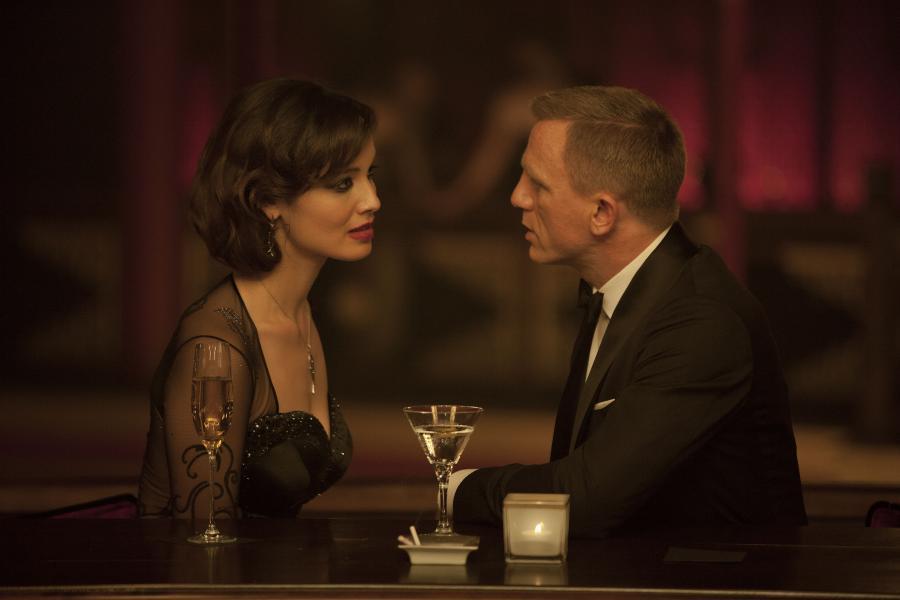 "Berenice Marlohe i Daniel Craig w filmie ""Skyfall"""
