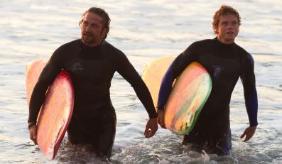 """Gerard Butler i Jonny Weston w filmie """"Wysoka fala"""""""