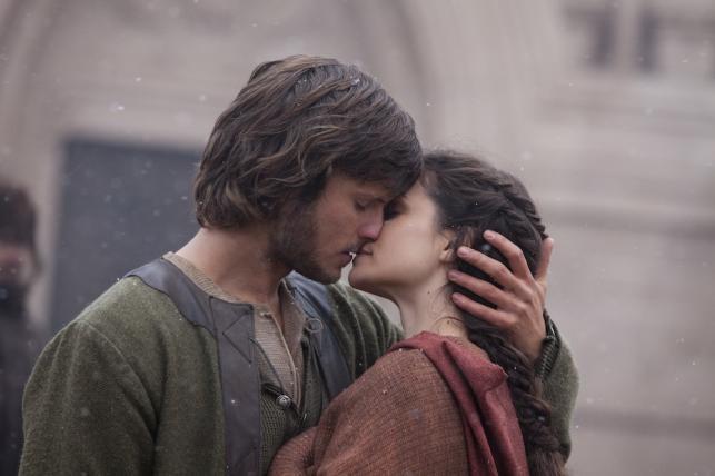 """Tom Weston-Jones i Charlotte Riley w filmie """"Świat bez końca"""""""
