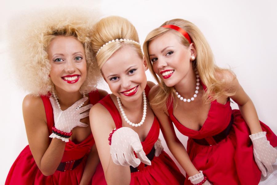 Kobiety w czerwonych sukienkach