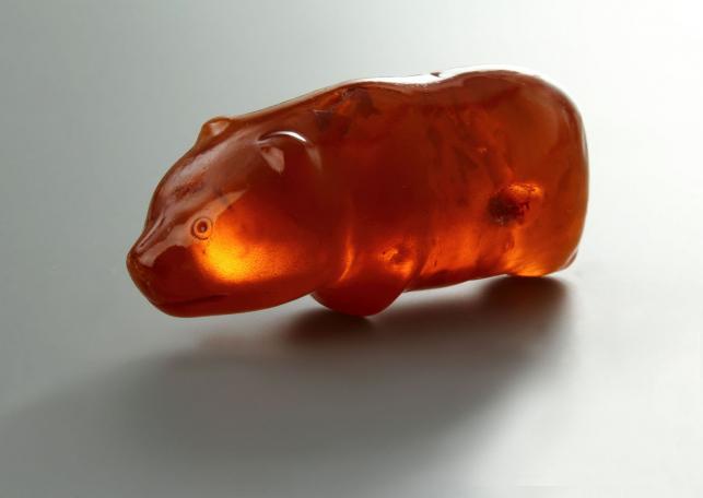 Figurka niedźwiadka, bursztyn, młodsza epoka kamienia, Muzeum Narodowe w Szczecinie, fot. Grzegorz Solecki