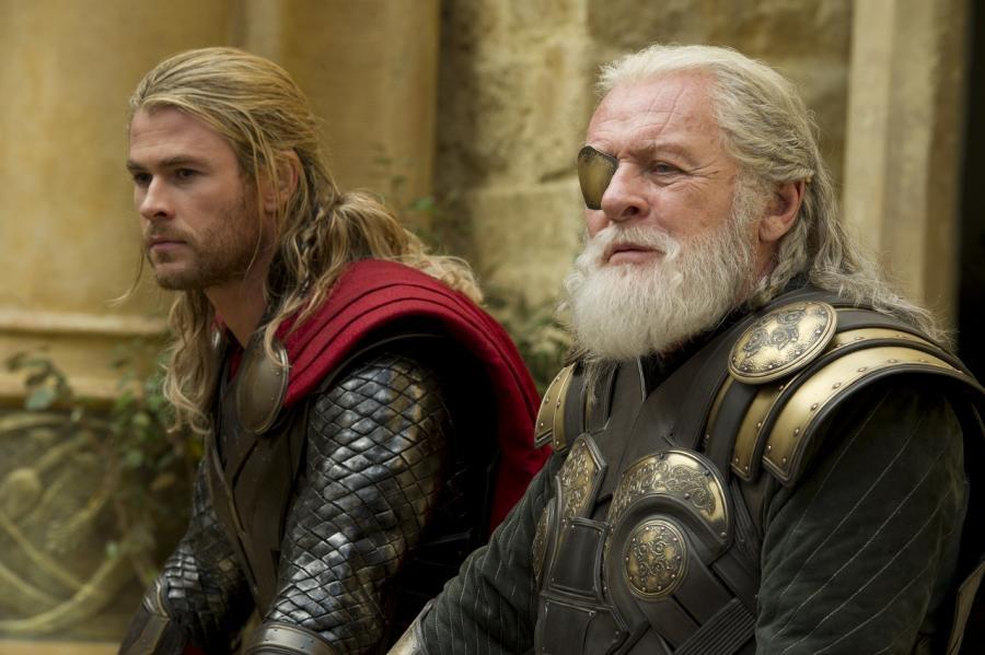"""Chris Hemsworth i Anthony Hopkins w filmie """"Thor: Mroczny świat"""""""
