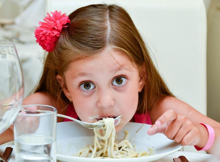 Dziecko je obiad