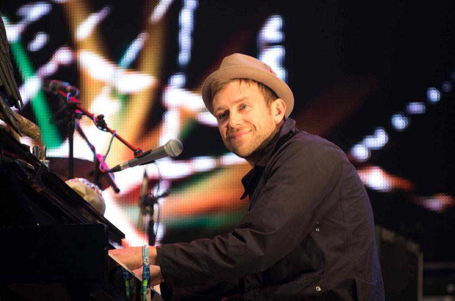 Damon Albarn śpiewająco pomoc Syrii