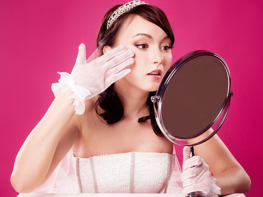 Panna młoda przed lustrem