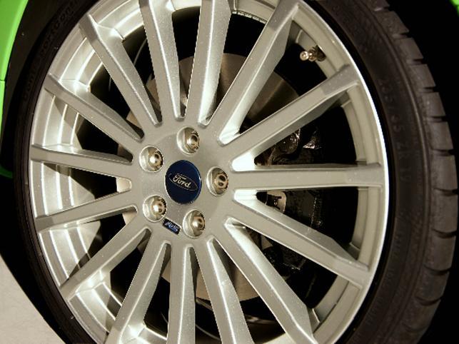 Wyczynowe zawieszenie, superprecyzyjny układ kierowniczy, szerszy o 40 mm rozstaw kół (19-calowe obręcze aluminiowe owinięte plasterkiem wyczynowej gumy Continental)