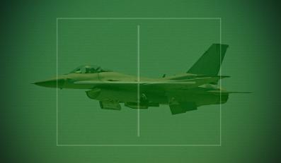 Myśliwiec F-16 w celowniku noktowizyjnym