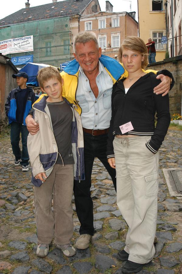 Bronisław Cieślak z dziećmi w 2004 roku