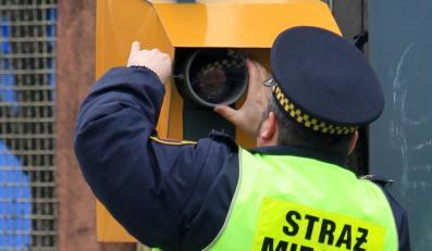 Strażnik miejski ustawia fotoradar