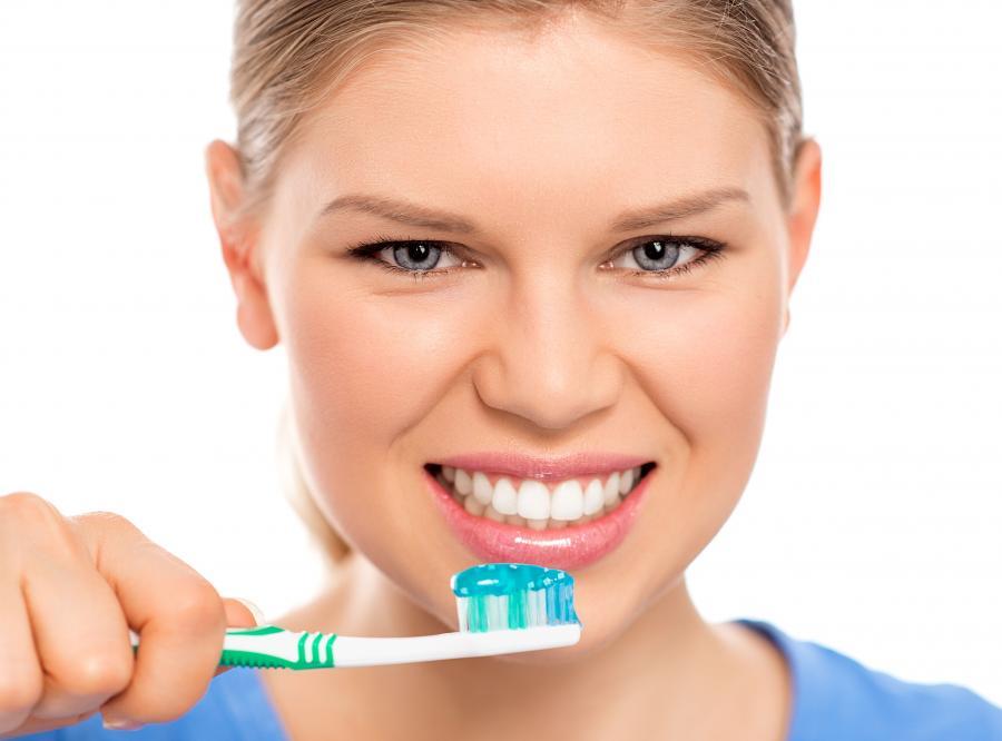 Kobieta myje zęby