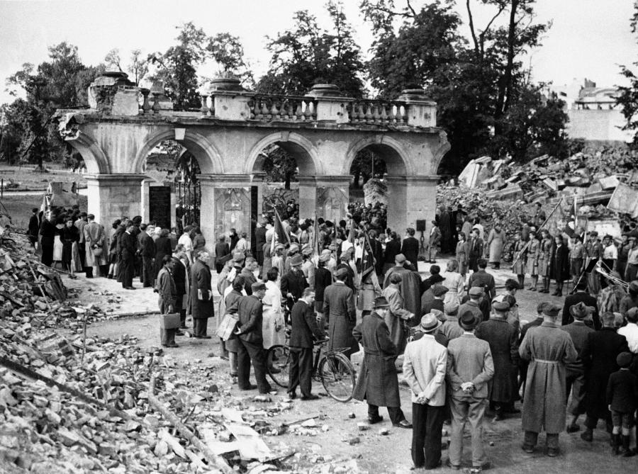 Tyle zostało z Pałacu Saskiego, wysadzonego przez Niemców w grudniu 1944 roku. Dziś w tym miejscu znajduje się Grób Nieznanego Żołnierza