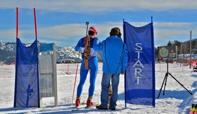 Start zawodów biathlonowych