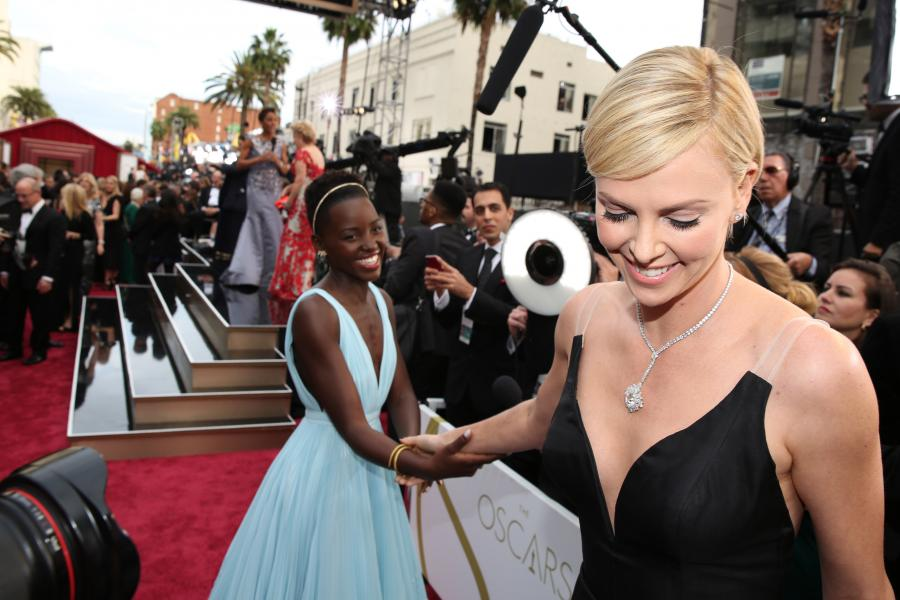 Lupita Nyong\'o i Charlize Theron na gali Oscarów