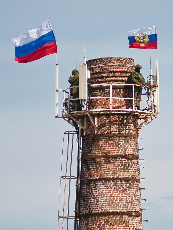 Rosyjskie flagi powiewają nieopodal wojskowej bazy w Symferopolu