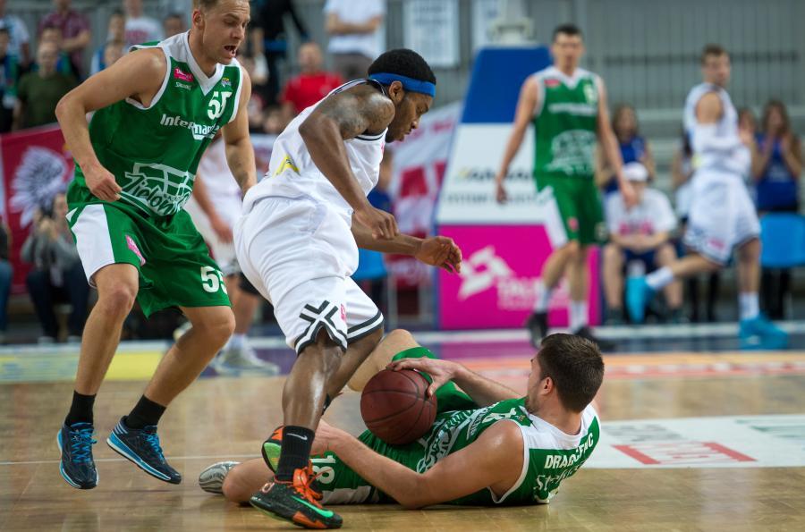 Koszykarz Anwilu Włocławek Jordan Callahan (C) waldczy o piłkę z Łukaszem Koszarkiem (L) i Vladimirem Dragiceviciem (P) ze Stelmetu Zielona Góra