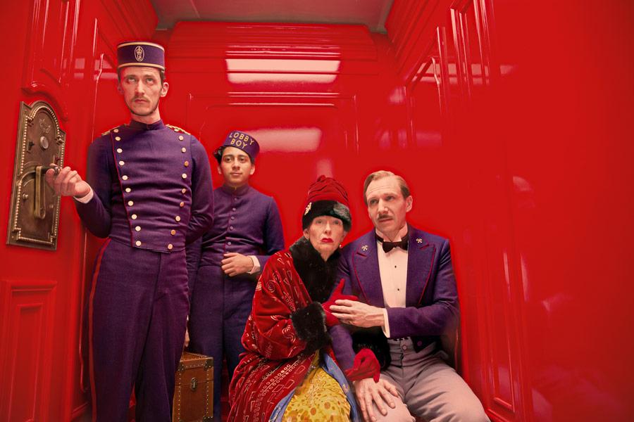 """Ralph Fiennes i ucharakteryzowana nie do poznania Tilda Swinton w filmie """"Grand Budapest Hotel"""""""