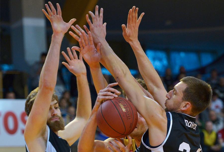 Koszykarz Trefla Sopot Paweł Leończyk (C) pomiędzy Garrettem Stutzem (L) i Jarosławem Mokrosem (P) z Energi Czarni Słupsk