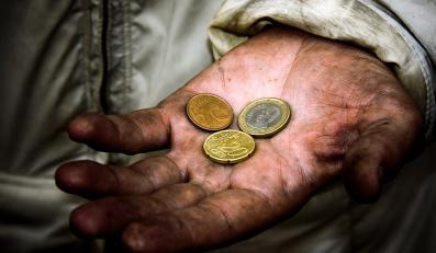 Monety na dłoni żebraka