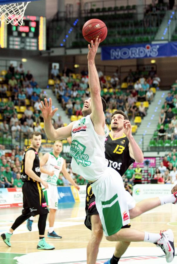 W akcji na kosz rywali Adam Hrycaniuk (C) z miejscoweto Stelmetu przed nieskutecznie interweniującym Milanen Majstorovicem (P) z Trefla Sopot w piątym meczu półfinałowym play off ekstraklasy koszykarzy